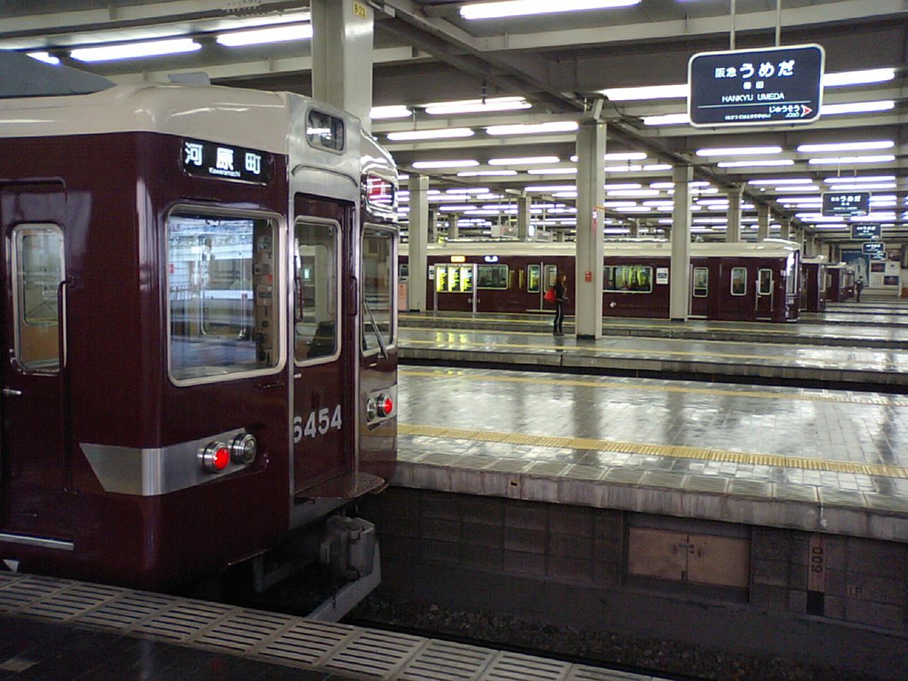 """Hankyu Umeda station1"" by 本屋 - 本屋's file (self-made). Licensed under CC 表示-継承 3.0 via ウィキメディア・コモンズ."